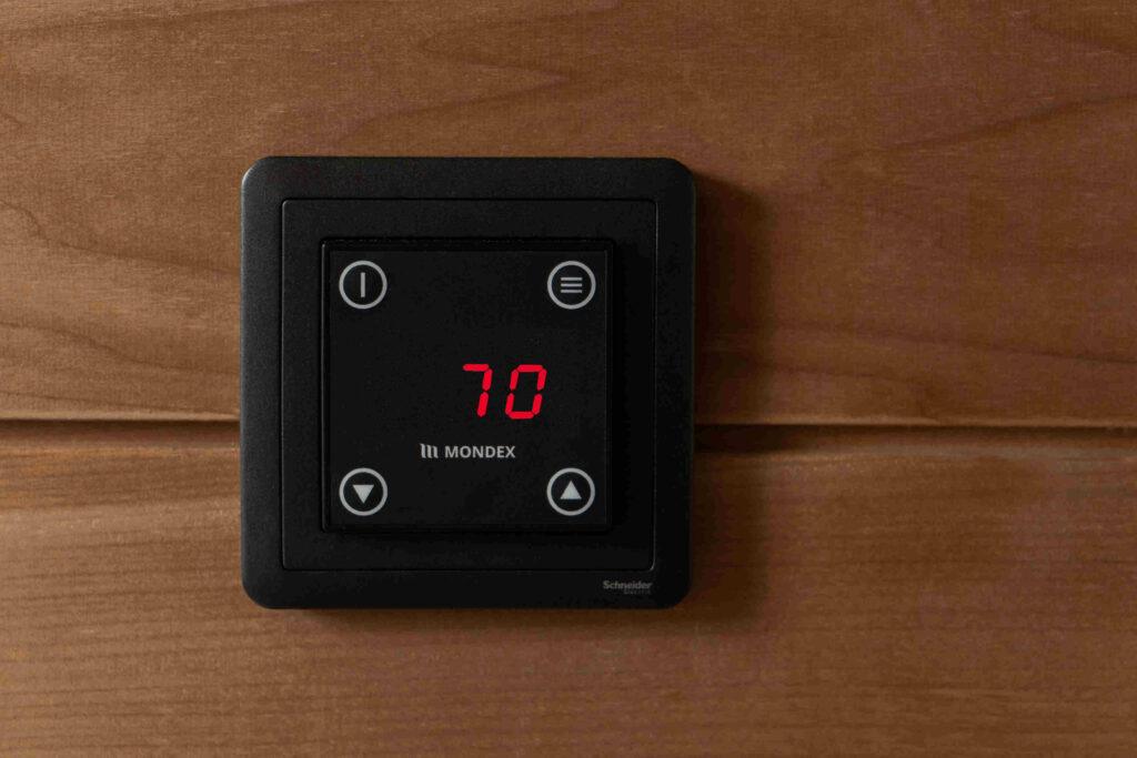Mondex E2 erillisohjain saunan seinässä